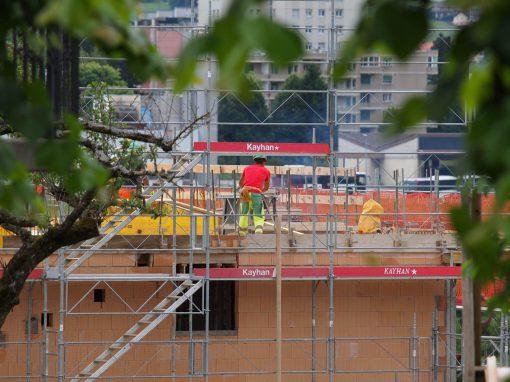 Montage d'échafaudages sur un chantier à Billens