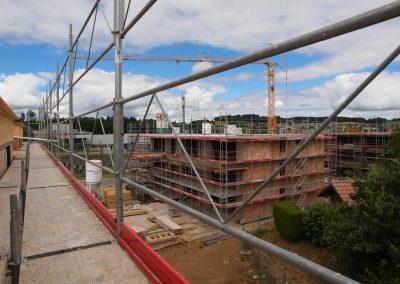 Montage d'échafaudages sur un chantier à Romont