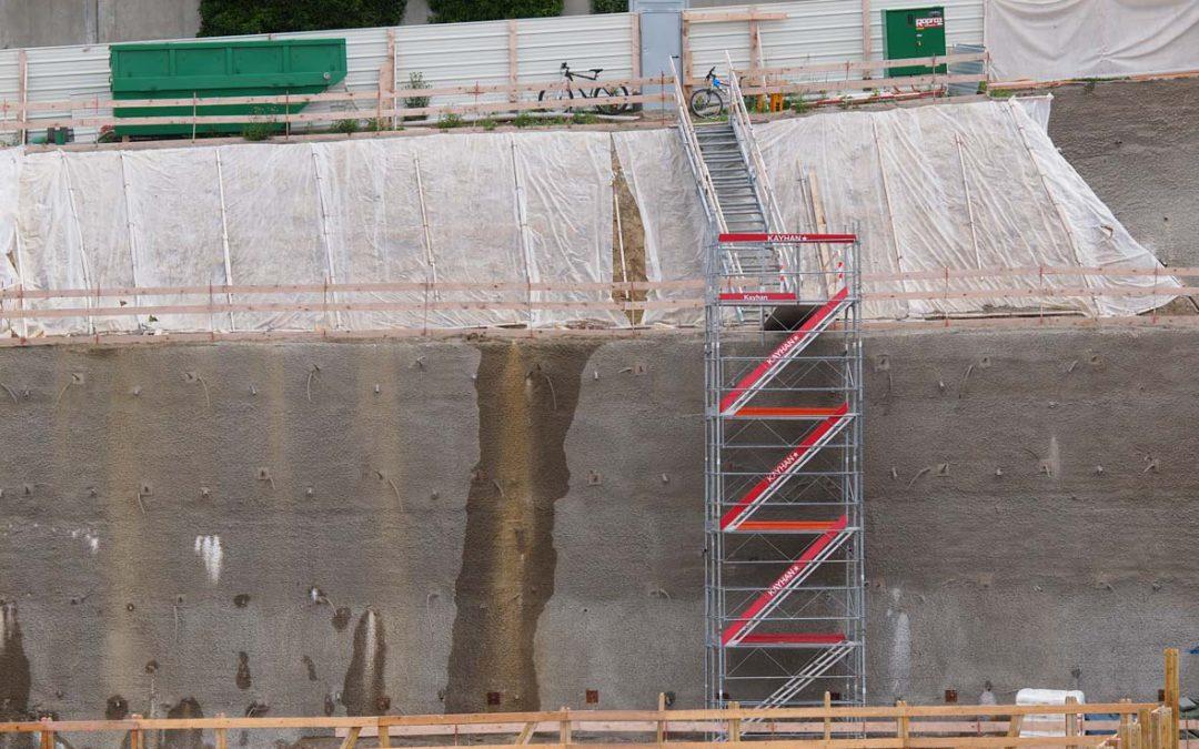 Montage d'une tour d'accès avec escaliers à Romont