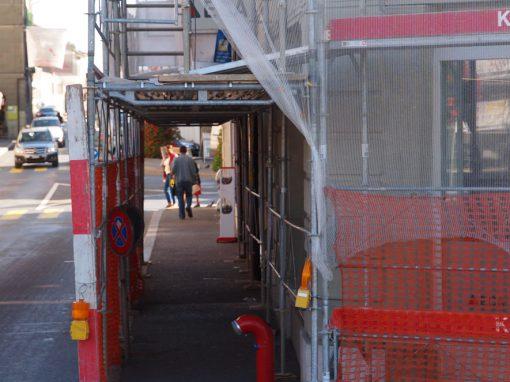 Montage d'échafaudages et d'un tunnel piétons à Payerne