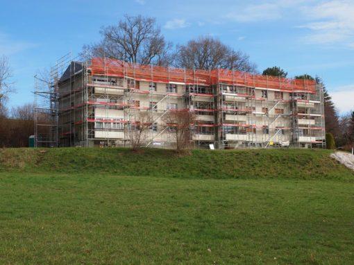 Montage d'un échafaudages pour la rénovation d'un immeuble à Vallon