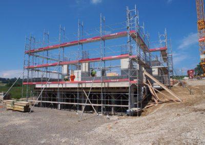 Montage d'un échafaudages pour la construction d'une villa à Romont